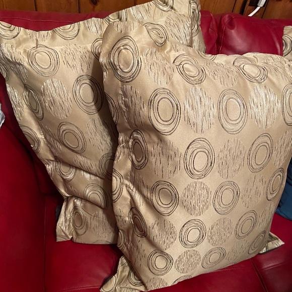 Queen size bedspread & 2 pillowed shams. New!